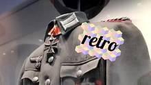 """Eine Wehrmachtsuniform mit Eisernem Kreuz am Kragen und mehreren Hakenkreuzen trägt einen digitalen Sticker """"retro"""""""