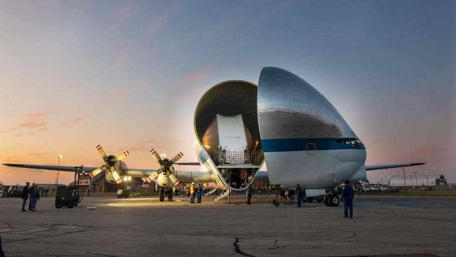 """Bild 1 der Fotostrecke zum Klicken:Dieses Flugzeug hat eine große Klappe: Bei der """"Super Guppy"""" handelt es sich das letzte verbliebene Exemplar eines Spezialflugzeuges, das bei der Nasa im Einsatz ist."""