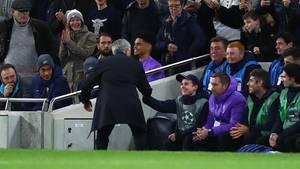 Jose Mourinho klatscht am Spielfeldrand mit einem Balljungen ab