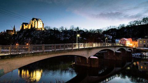 Die Kleinstadt Leisnig, der Fluss Mulde, über dem Fluss die Fußgängerbrücke