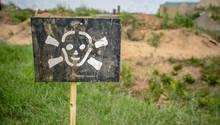Ein Schild warnt vor Landminen.