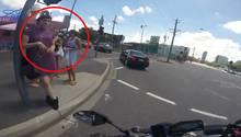 Australien: Biker dreht sich nach hübschen Frauen um – und landet auf der Nase.