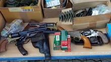 Schusswaffen und Munition liegen auf einem Tisch