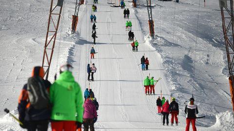 Skifahrer im Liftbei Grainau in Bayern