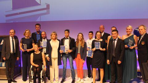Die Preisträger und Laudatoren gemeinsam auf der Bühne