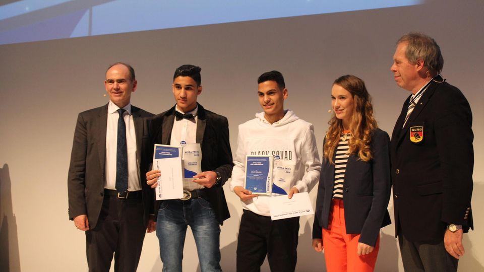 Die beiden Preisträger Mohammad Albahrawi (2. v.l.) und Oday Ebrahim (M.) mit ihrer Laudatorin laura Dekker (2. v.r.)