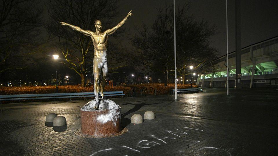 Die mit weißer Farbe beschmierte Statue des schwedischen Fußballers Zlatan Ibrahimovic in Malmö