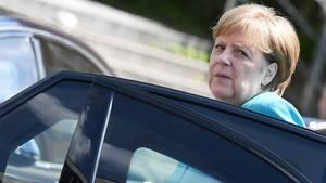Bundeskanzlerin Angela Merkel steigt aus ihrem Dienstwagen