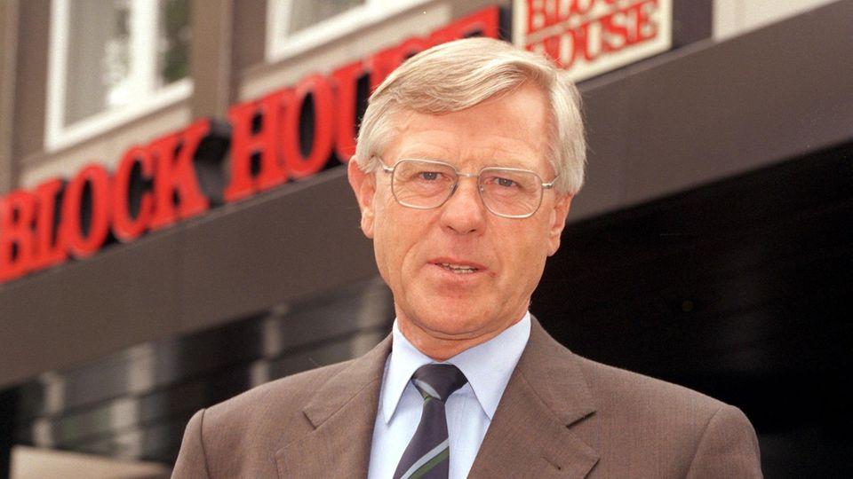 """1968 gründete der Unternehmer Eugen Block das erste """"Block House"""" in Hamburg. Mittlerweile gehören ihm 16 Unternehmen mit über 2200 Beschäftigen. Das Foto entstand 1998 vor der Firmenzentrale in Hamburg."""