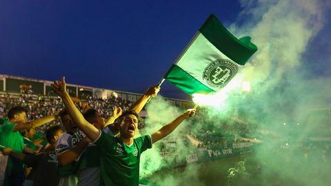 Fans von Chapecoense schwenken im Stadion eine Fahnen des Klubs