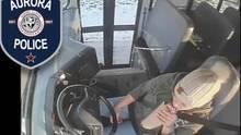 Die Frau trinkt Bier während sie einen Schulbus mit Kindern fährt