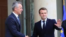 Emmanuel Macron (r.), Präsident von Frankreich, begrüßt Jens Stoltenberg, Nato-Generalsekretär