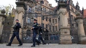 Polizisten verlassen am Morgen das Residenzschloss in Dresden
