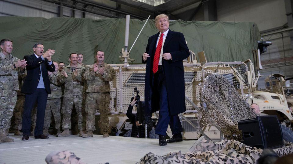 Donald Trump, Präsident der USA, besucht amerikanische Truppen auf der Bagram Air Base nördlich von Kabul