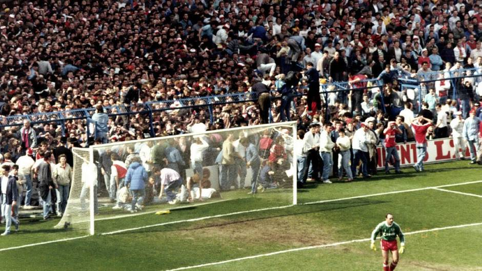 Blick auf die völlig überfüllte Tribüne im Hillsborough-Stadion von Sheffield