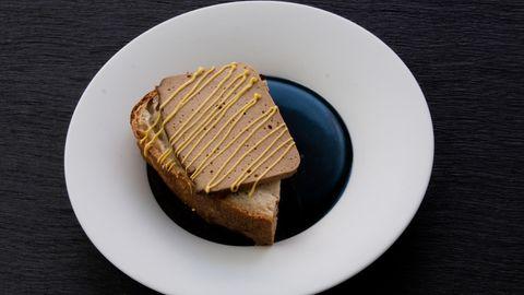 Sternekoch Sebastian Frank guckt kulinarisch in die Zukunft und bereitet einen veganen Leberkäs' aus Kräuterseitlingen zu