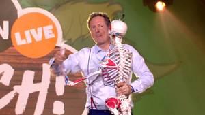 Eckart von Hirschhausen tanzt mit einem Skelett