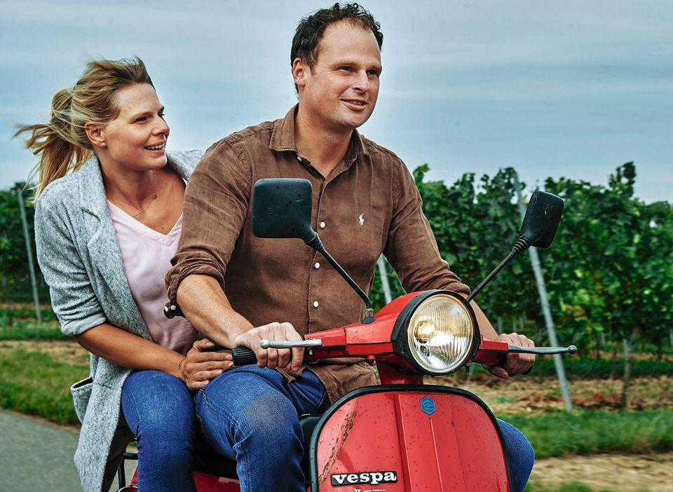 Georg Fogt und seine Frau auf der Vespa im Weinberg
