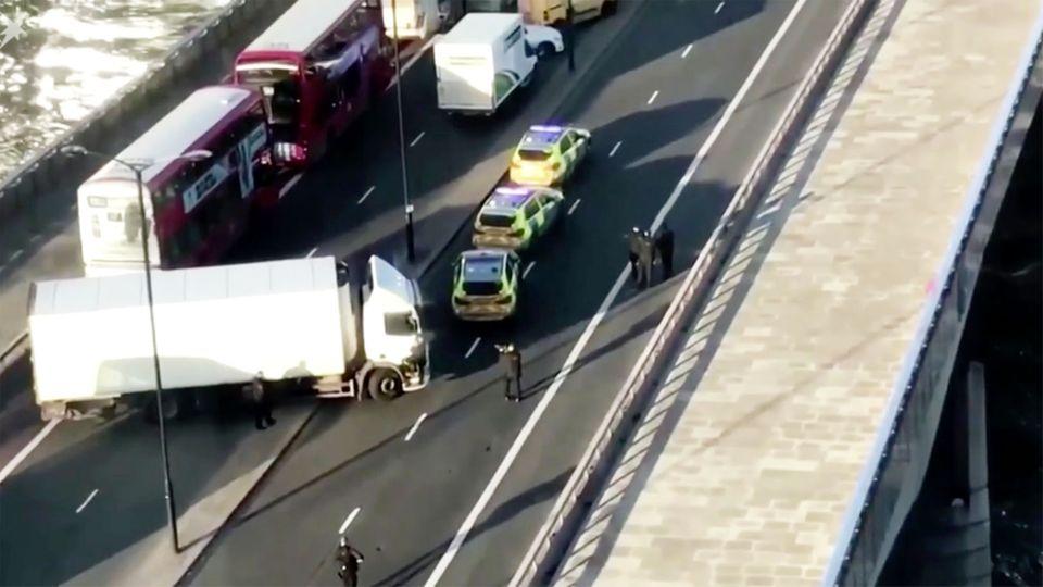 News im Video: Polizei schießt auf Mann auf der London Bridge