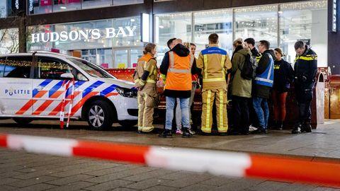 Polizisten in der Grote Marktstraat in Den Haag