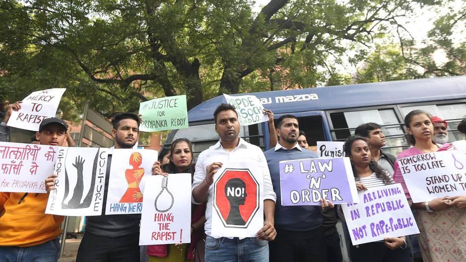 """Demonstranten fordern """"sofortige Gerechtigkeit"""" vor der Polizeistation, in der die mutmaßlichen Täter untergebracht sind"""