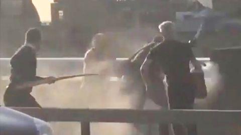 Attentat von London: Dieses Video zeigt, wie mehrere mutige Passanten den Attentäter auf der London Bridge stoppen.