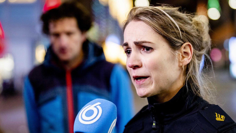 Polizeisprecherin Marije Kuiper spricht zu Journalisten in der Grote Marktstraat