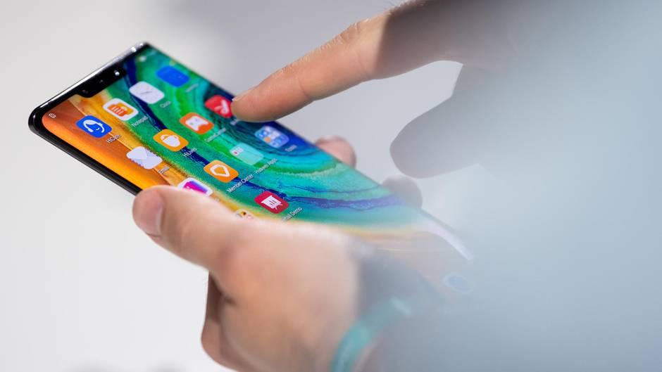 Eine Frau hält ein Smartphone in den Händen