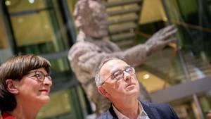 Saskia Esken und Norbert Walter-Borjans vor Skulptur von Wlly Brandt