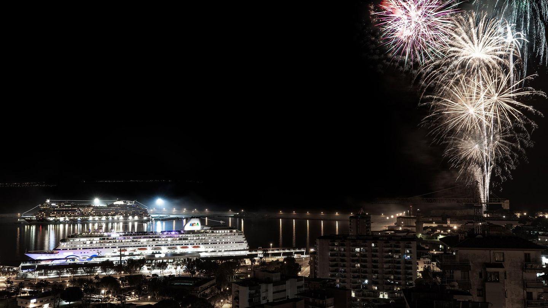 """Im Vordergrund am Kai: Die """"Aida Mira"""" am 30. November bei der Taufparty mit Feuerwerk im Hafen von Palma"""