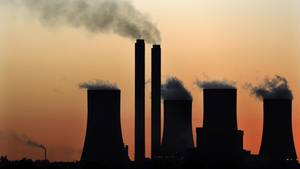 Südafrika, Vereeniging: Rauchschwaden und Wasserdampf steigen über dem Kohlekraftwerk Lethabo auf