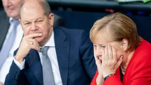 Besorgt: Olaf Scholz und Angela Merkel im Bundestag