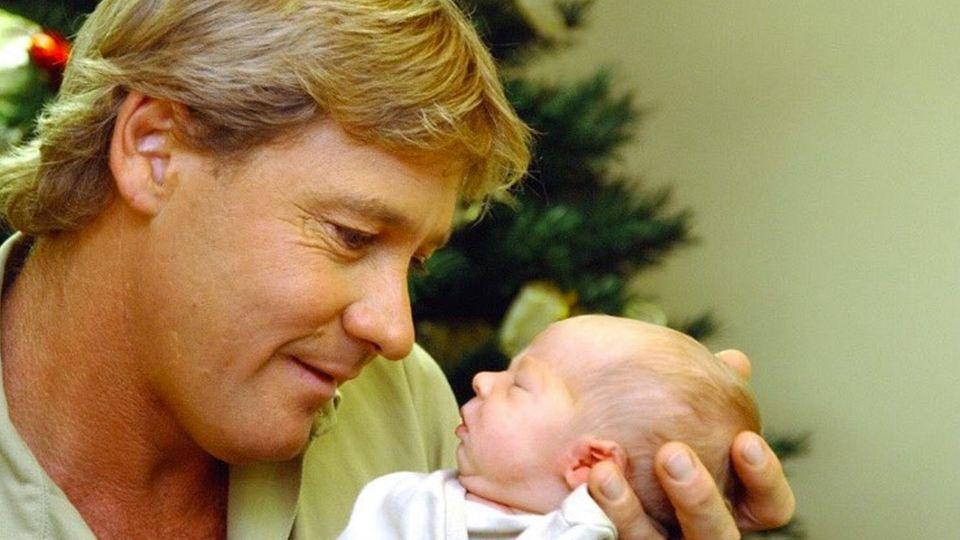 Steve Irwin mit Baby im Arm