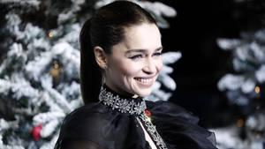 Emilia Clarke in schwarzem Tüllkleid mit Schneeflocken-Schmuck