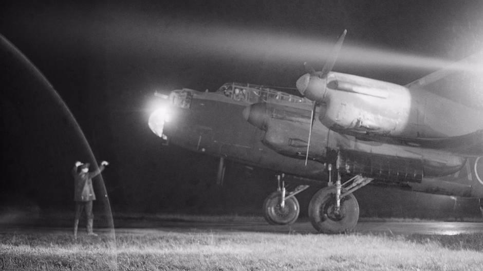 Eine Avro Lancaster beim Start in England.