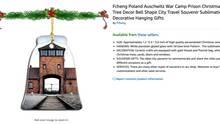 Ein Weihnachtsbaum-Schmuckstück zeigt das Tor des Konzentrationslager Auschwitz