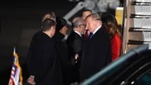 US-Präsident Donald Trump (2.v.r) und First Lady Melania Trump (r.) reisten am Montag nach Großbritannien zum 70-jährigen Bestehen der Nato. Das Foto zeigt ihre Ankunft auf dem Stansted Airport bei London.