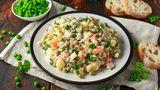 """Oliviersalat - oder auch Russischer Salat  Der französische Koch Lucien Oliver eröffnete Mitte des 19. Jahrhunderts ein Restaurant namens """"Ermitage"""" in Moskau. Es war ein Salat, der ihmzu Weltruhm verhelfen würde. Der Oliviersalat - oder auch Russischer Salat genannt - wurde ursprünglich mit Huhn, Kalbszunge, schwarzem Kaviar, Blattsalat, gekochtem Flusskrebs, kleinen Cornichons, Kapern und hartgekochten Eiern zubereitet. Heute gibt es den Russischen Salat in einer simpleren Version: mit Kartoffeln, Möhrchen und Erbsen aus dem Glas, Eier, Essiggurken - und viel Majonnaise."""