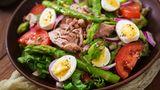 Salat Niçoise  Wie kann man sich einen Salat von der südfranzösischen Küste vorstellen? Mit Thunfisch, Eiern, grünen Bohnen und Sardinen - voilà, der Nizzasalat ist serviert. Das erste Rezept stammt vom Küchenchef Auguste Escoffier aus dem Jahr 1903, der gab damals auch noch Kapern dazu. Immer wieder findet man den Salat auch mit Artischocken.
