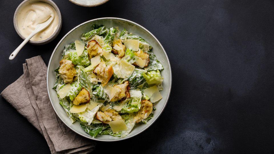 Caesar Salad  Er zählt zu den beliebtesten Salaten der Vereinigten Staaten, doch erfunden wurde er in der Grenzstadt Tijuana in Mexiko. Der italienische Immigrant Cesare Cardini mischte 1924 frische rohe Eier ins Dressing, obwohl es noch keine Kühlkette gab. Damals eine absolute Neuheit. Im Laufe der Zeit wurde der Salat mehrfach verändert, heute ist er sehr beliebt mit Romana-Salatherzen, Parmesanspäne und Brot-Croutons. Das Dressing besteht meist aus Eiern, Zitronensaft, Senf, geriebenem Parmesan, Knoblauch und Olivenöl.