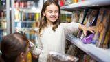 """Eltern, dieKindern alles kaufen, begehen einen großen Fehler, glaubt die Finanzbloggerin Liz Gendreau. """"Eltern opfern zu viel für ihre Kinder"""", sagt sie """"CNBC"""". Aber auch teure Aktivitäten und Hobbies sind ein Problem. Eltern sollten ihre eigenen finanziellen Bedürfnisse mit denen der Kinder in Einklang bringen. Kinder hätten oftmals keine Ahnung, was Dinge kosten - und fordern einfach nur ein. Und Eltern würden das Lieben mit dem Geben verwechseln."""