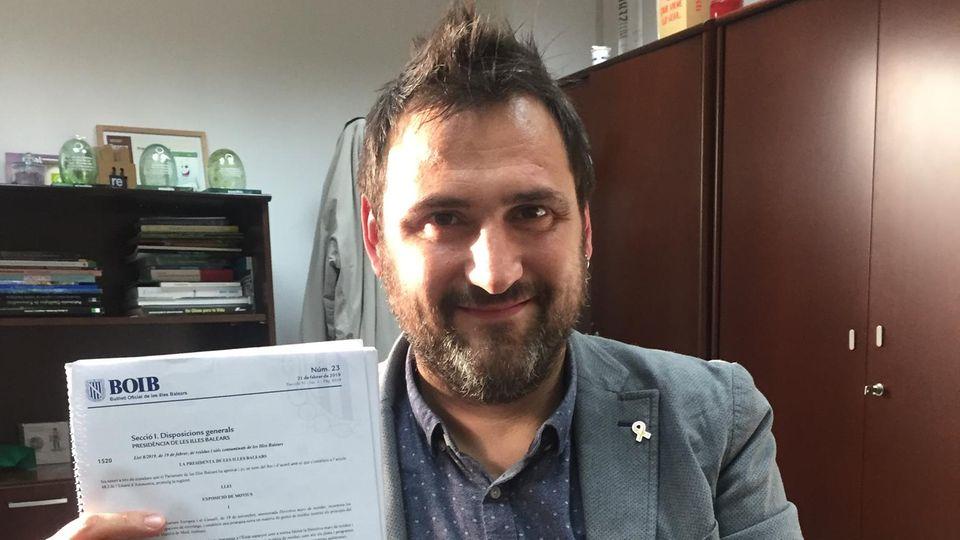 Sebastian Sanso, Direktor für Abfallwirtschaft im balearischen Umweltministerium, hält ein Dokument mit dem neuen Gesetz hoch.