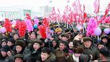 Trotz der Kälte wurden Hunderte vonnordkoreanischen Bürgern mit Winkelementen zur Eröffnungszeremonie mobilisiert.