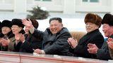 Im schwarzen Trenchcoat winktKim Jong Un in die Kamera - und lächelt dieHungersnot im Land weg.
