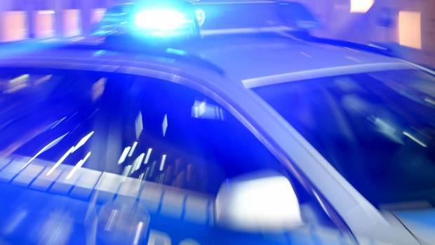 Streifenwagen mit Blaulicht als Symbolfoto für Nachrichten aus Deutschland