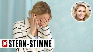 Frau erschrocken am Telefon