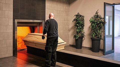 Sargeinfahrt in einen der Öfen des Krematoriums