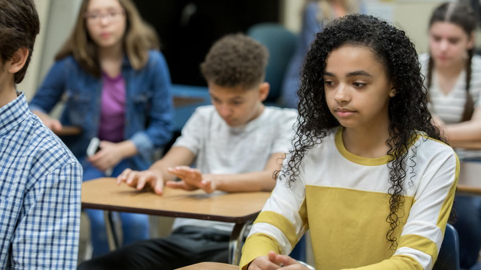 Eine Schulklasse, in der die Schüler nicht glücklich aussehen