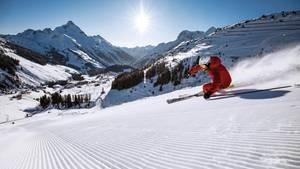 Ein Skifahrer im Skigebiet von Warth