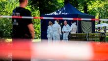 Berlin: Beamte der Spurensicherung sichern die Spuren am Tatort, wo ein Fahrradfahrer einen Mann erschossen haben soll